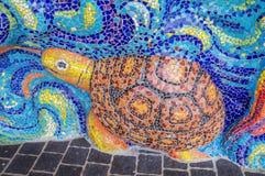 Kunst van verglaasde tegelschildpad op heiligdomsmuur Stock Afbeelding