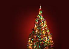 Kunst-Weihnachtsbaum auf rotem Hintergrund Stockfotografie