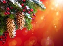 Kunst-Weihnachtsschneebedeckter Baum Stockfotografie