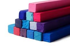 Kunst wendet die roten, blauen, violetten und purpurroten Zeichenstifte des Hintergrundes - ein Lizenzfreie Stockfotos