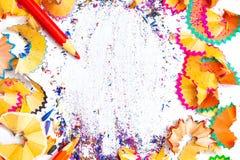 KUNST-Wort auf dem Hintergrund von farbigen Bleistiftschnitzeln Stockfotos