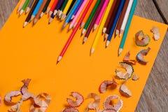 Kunst Zeichnung Bleistiftschnitzel auf dem gelben Hintergrund Lizenzfreies Stockfoto