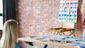 Kunstacademieleraar die de studenten van het kleurenwiel verklaren stock footage