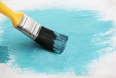 Kunstbürste setzt Anschläge einer helle blaue Bürste auf die Oberfläche von Stockbild