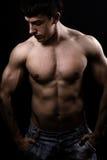 Kunstbild des muskulösen reizvollen mit nacktem Oberkörper Mannes Lizenzfreie Stockfotografie
