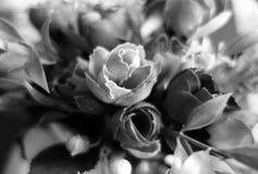 Kunstbloemen boquet dichte omhooggaand met onduidelijk beeldeffect in zwart-wit stock foto