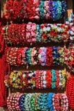 Kunstbloemen met decoratieve parels en armbanden bij straat stock afbeelding