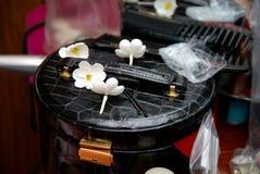 Kunstbloemen op een handtas van dames Royalty-vrije Stock Foto's
