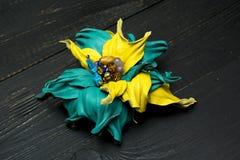 Kunstbloemen van gekleurd leer worden gemaakt dat royalty-vrije stock foto's