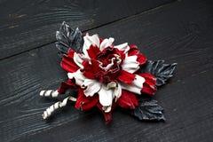 Kunstbloemen van gekleurd leer worden gemaakt dat royalty-vrije stock foto