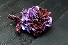 Kunstbloemen van gekleurd leer worden gemaakt dat stock fotografie