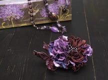 Kunstbloemen van gekleurd leer worden gemaakt dat royalty-vrije stock afbeeldingen