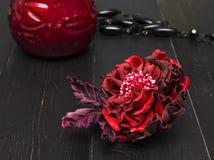 Kunstbloemen van gekleurd leer worden gemaakt dat stock foto