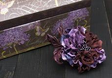 Kunstbloemen van gekleurd leer worden gemaakt dat stock afbeelding
