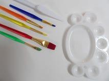 Kunstborstels en kleurenpalet royalty-vrije stock afbeelding