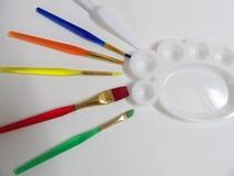 Kunstborstels en kleurenpalet stock afbeeldingen