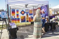 Kunstcabine bij stadsfestival - de kunstenaar en de klant bespreken kunstwerk stock foto's