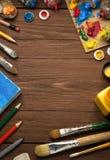 Kunstconcept en verfborstel op hout Stock Foto's