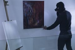 Kunstdieb mit Taschenlampe Stockbild