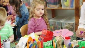Kunsten en Ambachten bij Kinderdagverblijf stock videobeelden