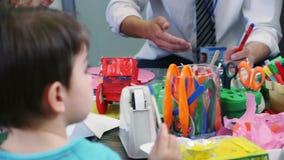 Kunsten en Ambachten bij Kinderdagverblijf stock video