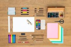 Kunsten, tekening en ontwerpachtergrond op houten oppervlakte Stock Afbeeldingen