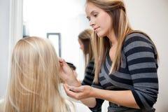 Kunstenaar Applying Make Up aan Vrouw royalty-vrije stock afbeeldingen