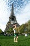 Kunstenaar bij de toren van Eiffel stock afbeelding