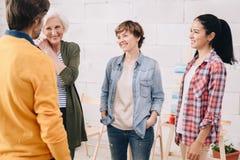 Kunstenaar Chatting tijdens Workshop royalty-vrije stock fotografie
