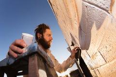 Kunstenaar Creating Mural royalty-vrije stock afbeeldingen