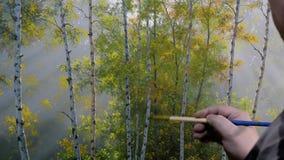 Kunstenaar die bij het schilderen werken stock footage