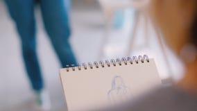 Kunstenaar die de handenclose-up schetsen van het inspiratieidee stock videobeelden