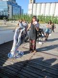 Kunstenaar die haar voorstel over abortus en prostitutie in de openbare interventie artistieke manifestatie verklaren op ledenpop royalty-vrije stock foto's