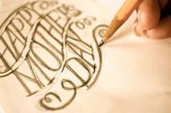 Kunstenaar die hand schetsen die Gelukkige Moedersdag van letters voorzien royalty-vrije stock afbeelding