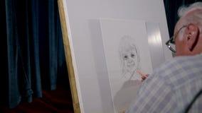 Kunstenaar die het gezicht van een meisje trekken op groot wit canvas stock videobeelden