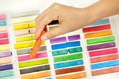 Kunstenaar die krijtpastelkleuren gebruikt Stock Fotografie