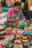 Kunstenaar die mooie potten ontwerpen Royalty-vrije Stock Afbeeldingen