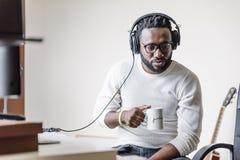 Kunstenaar die muziek in zijn huis correcte studio veroorzaken stock afbeeldingen
