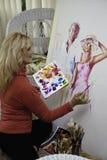Kunstenaar in haar jaren '50 het schilderen Stock Fotografie