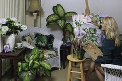 Kunstenaar in haar jaren '50 het schilderen Royalty-vrije Stock Afbeeldingen