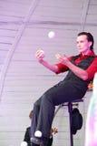 Kunstenaar het jongleren met ballen op stadium Royalty-vrije Stock Foto's
