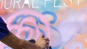 Kunstenaar het schilderen art. van het de dagconcept van de graffiti het witte oppervlakte zonnige stock videobeelden