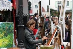 Kunstenaar het schilderen beeld op Montmartre in Parijs Stock Afbeeldingen