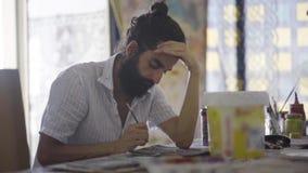 Kunstenaar het schilderen door borstel stock videobeelden