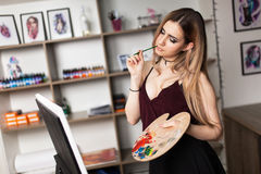 Kunstenaar het schilderen in haar workshop Royalty-vrije Stock Foto's