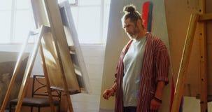 Kunstenaar het schilderen op canvas 4k stock videobeelden
