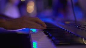 Kunstenaar het spelen op de de pianosleutels van de toetsenbordsynthesizer Spelen op een close-upsynthesizer stock videobeelden