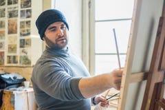 Kunstenaar/leraar die een kunstwerk schilderen - sluit omhoog mening royalty-vrije stock foto's