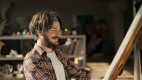 Kunstenaar Looks bij Canvas stock video