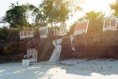 Kunstenaar met kleurrijke schilderijen op het strand van Zanzibar Stock Afbeeldingen